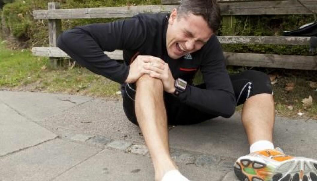 Her er det en mann som har skadet kneet sitt, men faktisk er det flest yngre kvinner som river av korsbåndet sitt når de spiller håndball, fotball eller andre former for kontaktsport. Colourbox