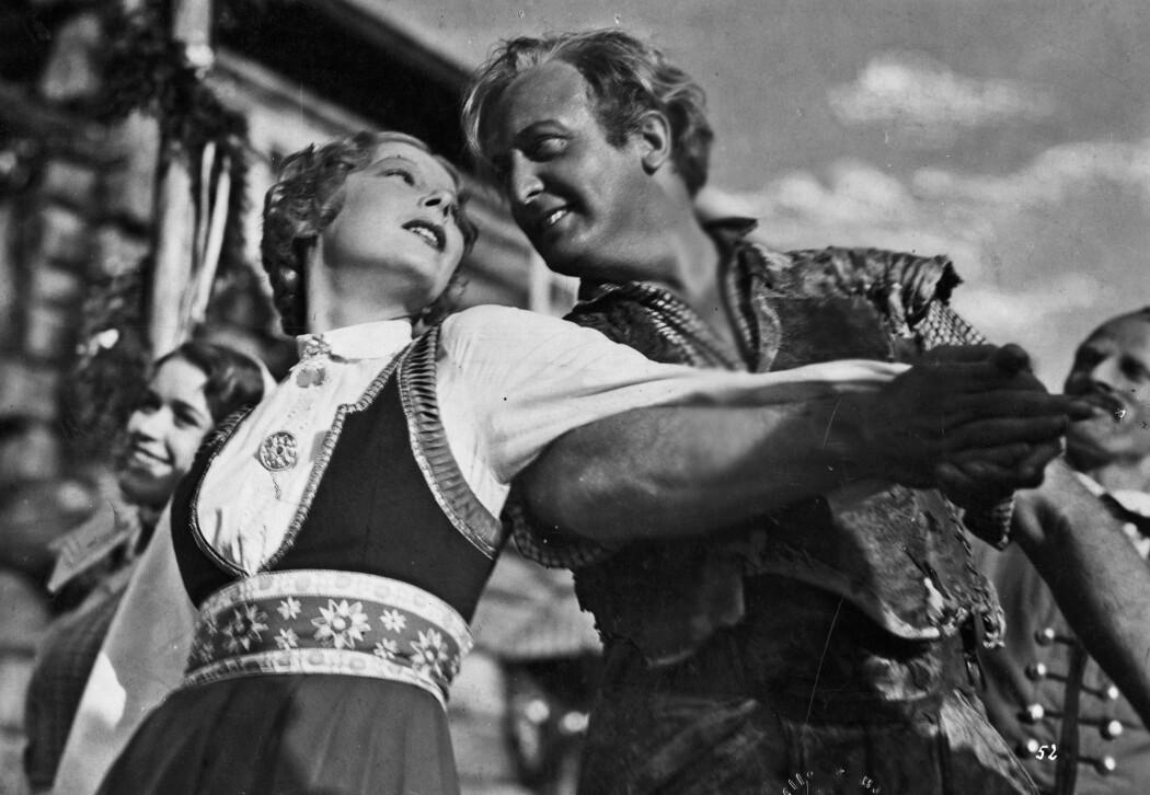 Peer Gynt svinger seg med Ingrid (Ellen Frank) på Hægstad gård i filmversjonen av Ibsens stykke i 1934. Nazistene dyrket blonde nordmenn og norsk natur. Den tyske skuespilleren Hans Albers var populær. Selv hadde han jødisk kjæreste.