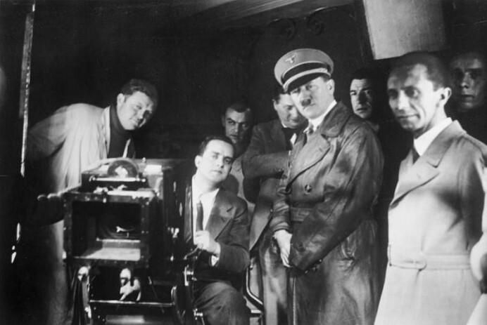 Hitler og Goebbels på besøk i et tysk filmstudio i 1935.