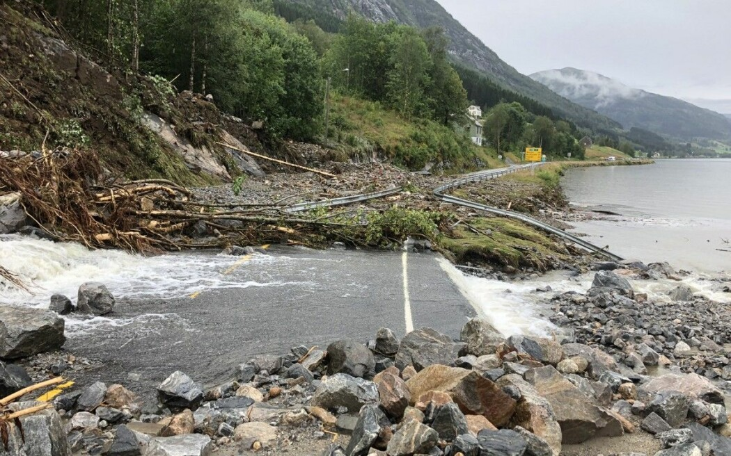 Europavegen gjennom Sunnfjord vart stengd sommaren 2019 etter styrtregn. Slike hendingar kan det bli mange av dersom førebygginga ikkje blir trappa kraftig opp.
