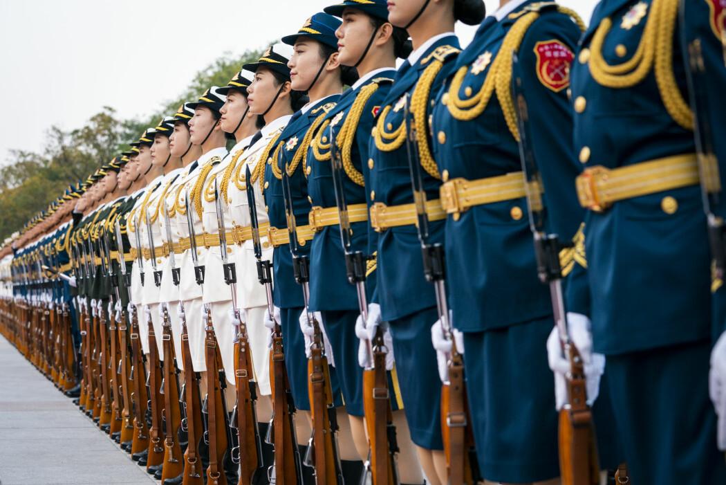 Æresgarden i Folkets frigjøringshær med sine blankpussede våpen utenfor Folkets store hall i Beijing.