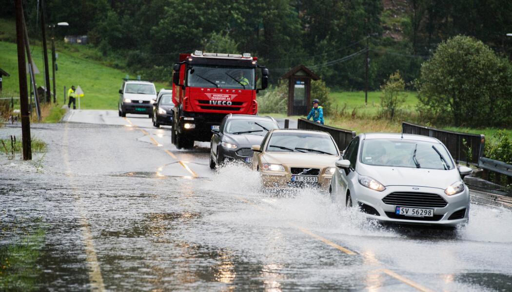 Oversvømmelse på E39 ved Kalandsvatnet sør for Bergen etter kraftig nedbør en sommerdag i 2016.