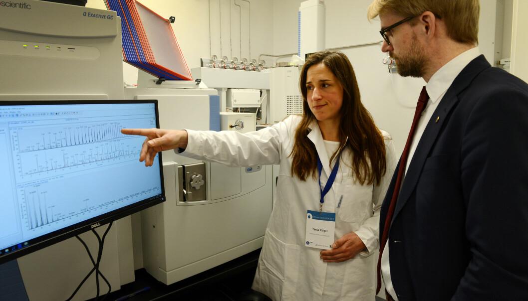 Tanja Kögel er en av havforskerene på HI som forsker på mikro- og nanoplast. Her viser hun frem det nye plastlaboratoriet i 2019.