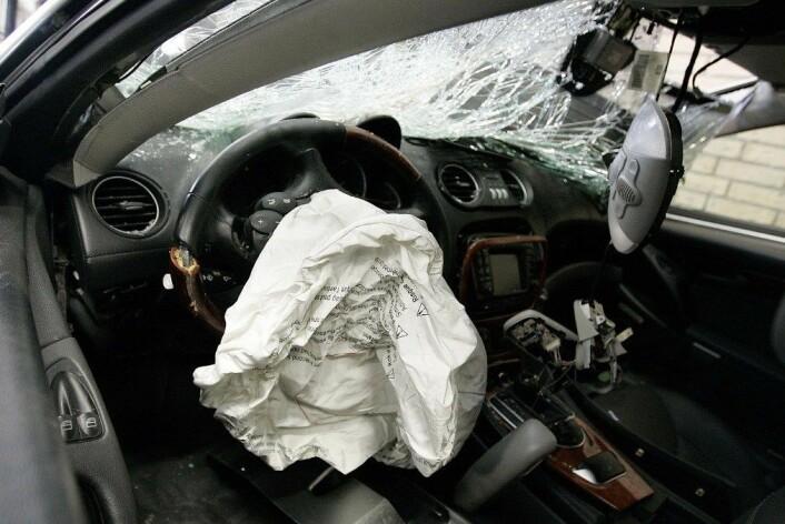 Nye avanserte funksjonar i bilen kan distrahere føraren og føre til ulykker, fryktar trafikkforskarar. (Foto: Colourbox)