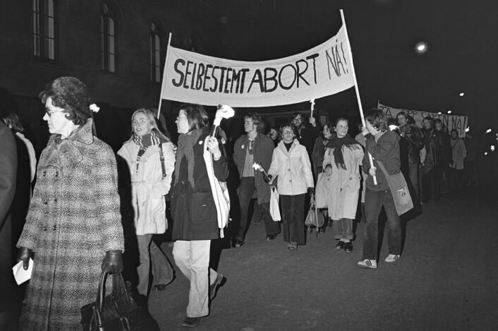 Demonstrasjon 9. november 1973 for selvbestemt abort. Ca. 1000 deltakere gikk i demonstrasjonstoget, fra Youngstorget til Universitetsplassen, til støtte for kravet om selvbestemt abort. (Foto: NTB / SCANPIX)