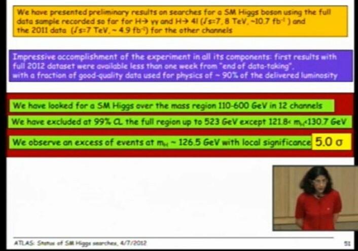 Presentasjonen til Gianotti, fra direktesendingen. 5 sigma signifikans er uthevet med gult i den grønne teksten. (Foto: (Skjermdump fra direktesendingen på CERN))