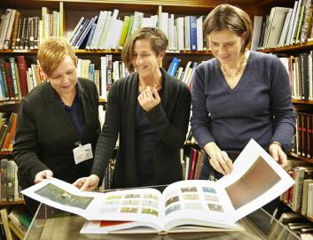 Kurator Mai Britt Guleng, Nasjonalmuseet, professor Patricia G. Berman, Universitetet i Oslo, og kurator Ute Kuhlemann Falck, Munchmuseet, ser i boken Munch på papir. (Foto: Annica Thomsson)