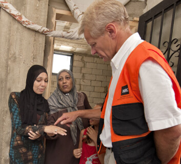 Flyktninghjelpa har til no hjelpt over 70 000 av dei syriske flyktningane som har teke seg over grensa til Bekaa-dalen i Libanon. Her besøker Jan Egeland eit skuleprosjekt der. Foto: Flyktninghjelpen/Ken Opprann