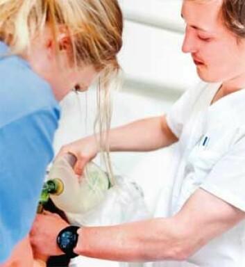 Sykepleierstudentene Kine Bentzen og Anders Christoffersen lærer å ta de riktige valgene sammen – under press. (Foto: Elisabeth Tønnessen)