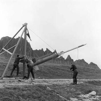 Under forberedelsene til oppskytingen av Ferdinand 1, den aller første raketten fra Andøya, sommeren 1962. (Foto: Andøya Rakettskytefelt)