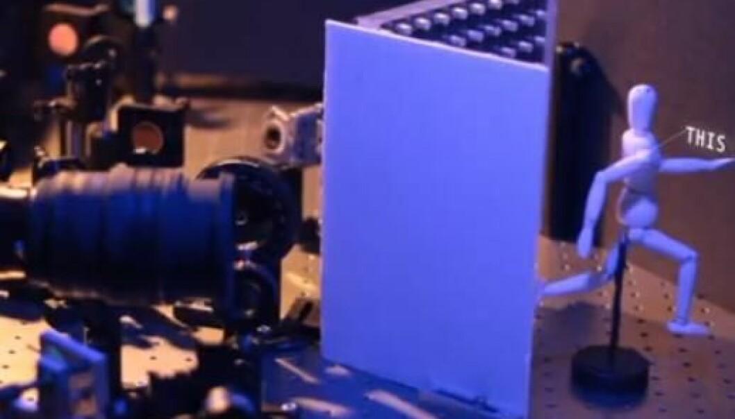 Teknologien består av et kamera, en laser og en dataalgoritme. Laseren (venstre hjørne) skyter lys inn mot en vegg (ytterst til høyre), som reflekterer og sprer lyset, som dermed treffer det skjulte objektet (tremannen). Gjenstandens overflater reflekterer lyset , og noe når tilbake til kameraet (linsen til venstre). Gjenstandens 3D-struktur konstrueres utfra forskjellene i ankomsttid. Ramesh Raskar