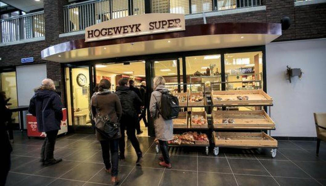I demenskvartalets gater i den nederlandske demenslandsbyen De Hogeweyk finner du både en matbutikk og livsstilpregede gruppeboliger.