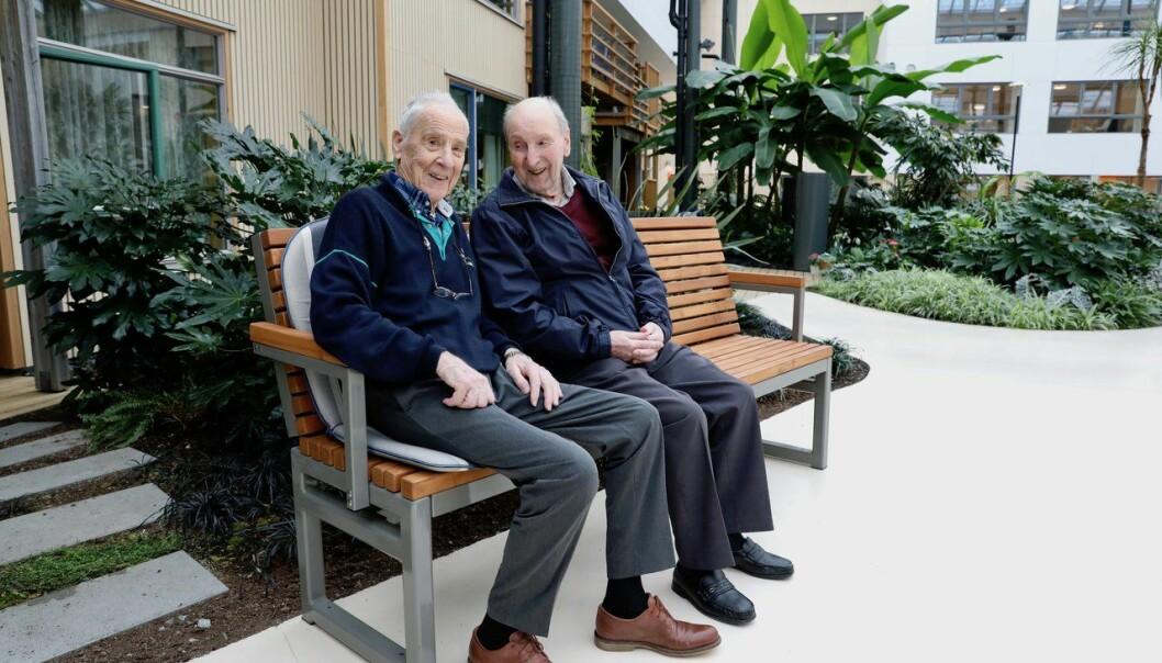 Norges eneste sykehjem med tropehage: Joachim Kvine og Olav Haugland stortrives i tropehagen på Os sykehjem.