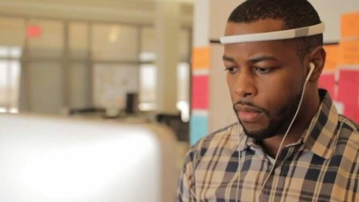 Tre elektroder på hodebåndet sørger for å overvåke trafikken i hjernen. Informasjonen kan brukes til å si noe om brukerens konsentrasjonsevne. (Foto: Melon)