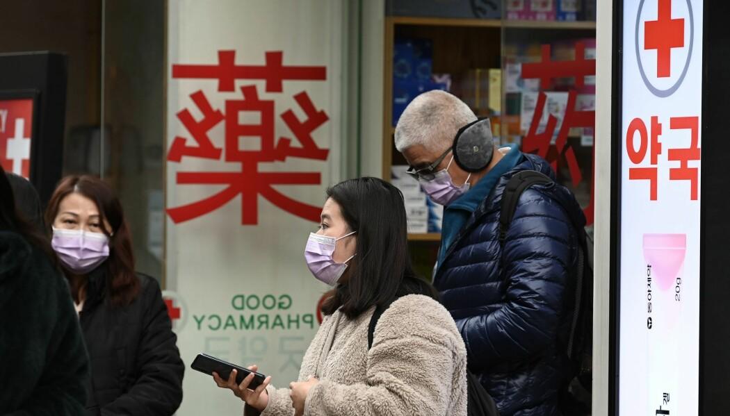 Kinesiske myndigheter opplyste onsdag at 132 personer så langt er registrert døde av viruset og at nesten 6000 mennesker er smittet. Bildet er fra den sør-koreanske hovedstaden Seoul. Koreanske myndigheter skal denne uken sende fly til den kinesiske byen Wuhan for å hente hjem sine borgere.