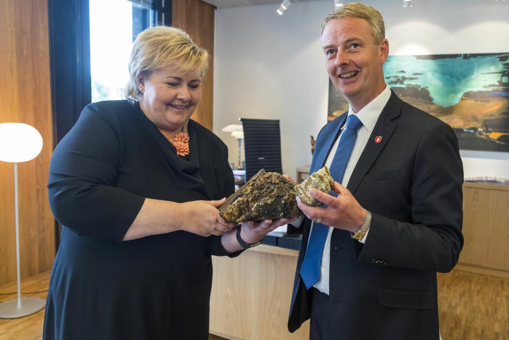 Statsminister Erna Solberg og daværende olje- og energiminister Terje Søviknes (Frp) viste fram en stein av manganskorpe og sulfid da sommeren 2018 foreslo en egen havbruksminerallov. Utvinning av marine mineraler kan bli en svært lønnsom virksomhet for Norge i framtida.