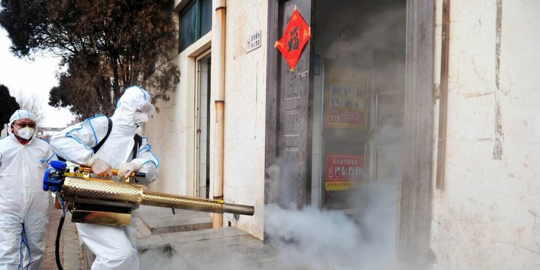 Frivillige mannskaper desinfiserer et nabolag i Qingdao i den kinesiske provinsen Shandong i arbeidet for å bekjempe Koronaviruset.