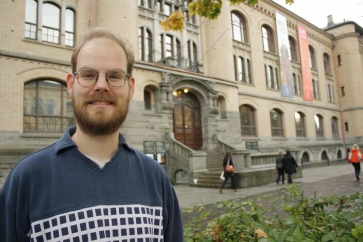 Mikkel Christensen forsker på en bedre metode for konservering av gammelt treverk. (Foto: Ida Korneliussen)