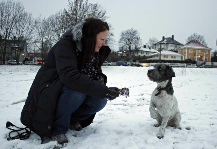 Joppe og matmor Nina Thorstensen på tur i parken. (Foto: Ida Korneliussen)
