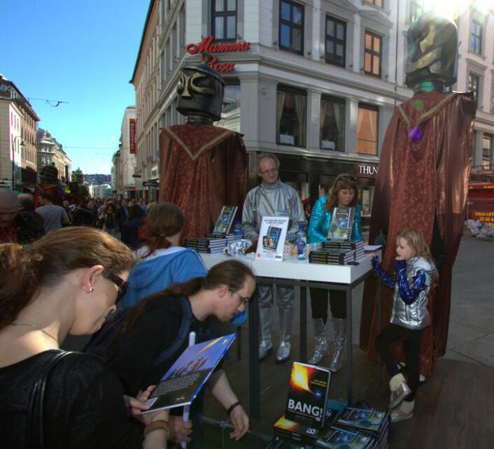 Lansering av Ad Astra-trilogien under Oslo Bokfestival, høsten 2012. Knut Jørgen Røed Ødegaard og Anne Mette Sannes flankert av høye beskyttere fra en vennligsinnet exoplanet. (Foto: Oslo Bokfestival/starship.no)