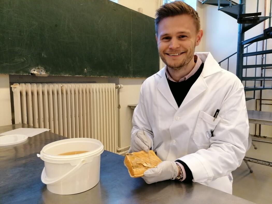 Oskar Mongstad Løken har oppdaget en pore i laksens analregion som ikke er beskrevet før.
