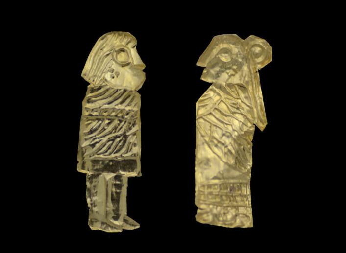 29 slike gullgubber ble funnet ved Västra Vång i Blekinge. Hver av figurene er ikke mer en 1-2 centimeter høy. (Foto: Max Jahrehorn, Blekinge museum)