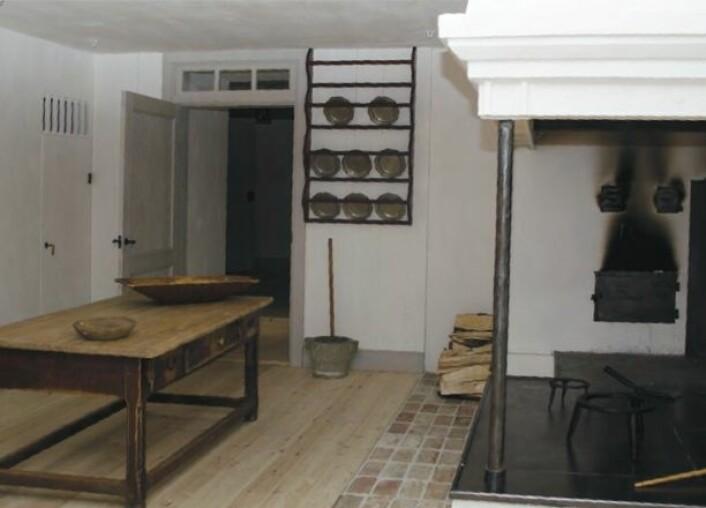 FORSKNINGSBASERT RESTAURERING: Arbeidet med Eidsvollsbygningen har fått fram mye ny kunnskap, også om hvordan tjenestefolket hadde det på Eidsvoll. Her på kjøkkenet lagde man mat til 150 mennesker to ganger om dagen vårdagene i 1814. (Foto: Therese Farstad)