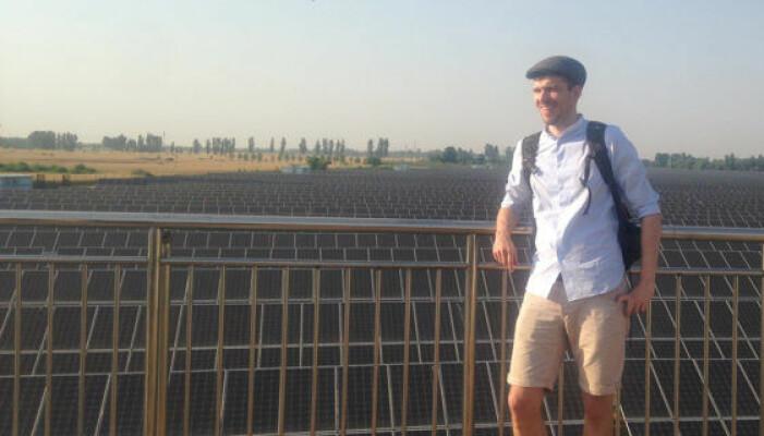 Her er Marius Korsnes foren et solcelleanlegg under ett av sine studieopphold i Kina.