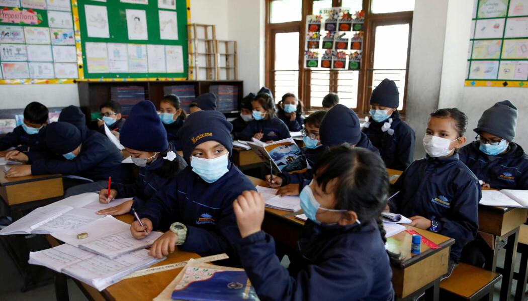 Elevene på en skole i Nepal bruker munnbind for sikkerhets skyld, etter at det ble kjent at noen i landet var blitt syke av coronaviruset.