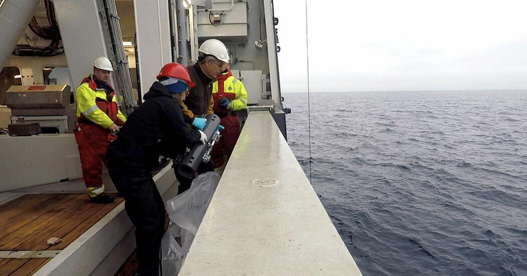 Over hundre forskere fra mange fagområder jakter på ny kunnskap om klimaet og økosystemene i det nordlige Barentshavet. På bildet henter forskere vannprøver for å kartlegge tungmetaller i havet.
