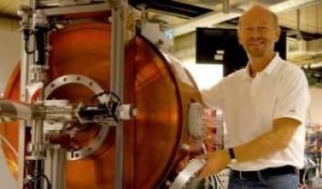 Søren Pape Møller har i mange år arbeidet med å bygge ASTRID2. Den store maskinen får partiklene opp i fart ved hjelp av enormt kraftige magneter. Deretter blir de sendt rundt i et rør med opp mot lysets hastighet. (Foto: Århus Universitet)