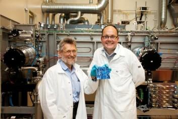 Professor Aasmund Sudbø og forskningsleder Erik Marstein har brukt alle mulige, vidunderlige knep med lys for å redusere tykkelsen på solcellene med 95 prosent. (Foto: Yngve Vogt)
