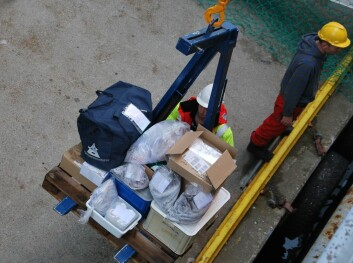 Kilo på kilo med utstyr og prøver losses av skipet på kaia i Bergen. Forskerne kommer hjem med nok prøver i bagasjen til årevis med forskning. (Foto: Hanne Østli Jakobsen)