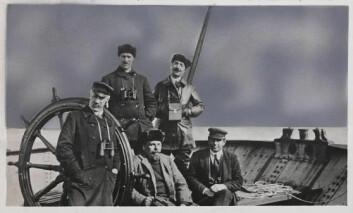 Fridtjof Nansen med mannskap på Sibir-reisen i 1913 om bord i skuta «Correct». (Foto: Nasjonalbiblioteket)