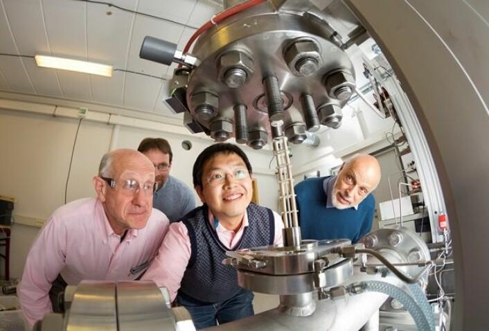 Michael J. Antal fra Hawaii, Liang Wang fra Kina og Gabor Varhegyi fra Ungarn. SINTEF-forsker Øyvind Skreiberg i bakgrunnen. (Foto: Thor Nielsen)