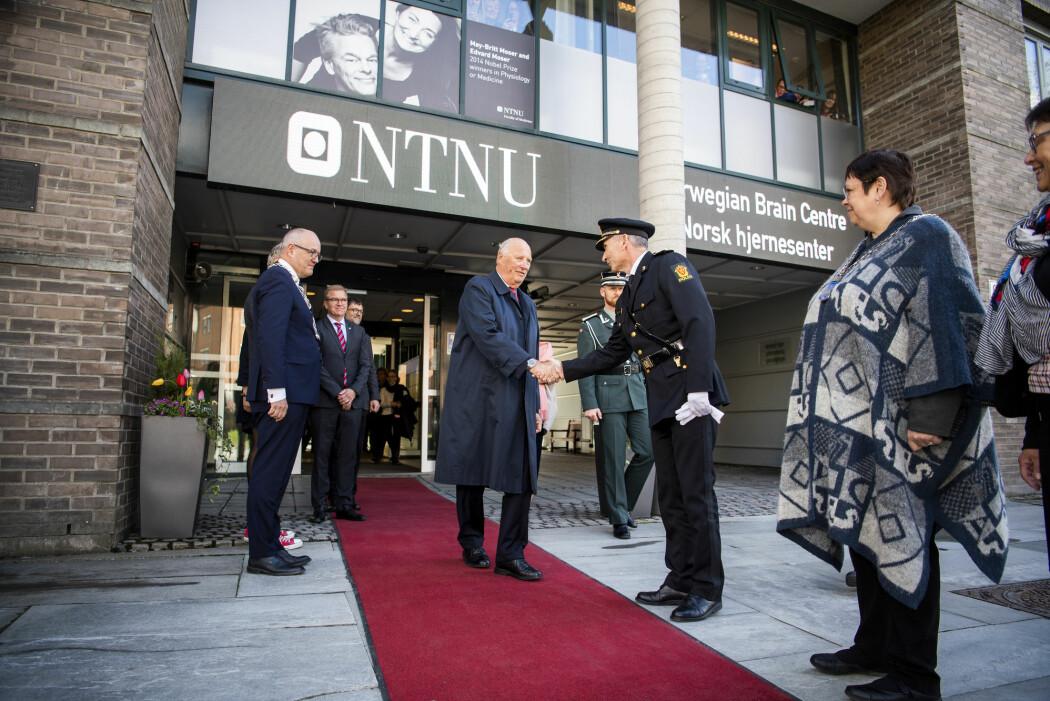 Nesten én av to nordmenn mener NTNU i Trondheim utmerker seg med spesielt høy kvalitet. I fjor fikk universitetet besøk av kong Harald.