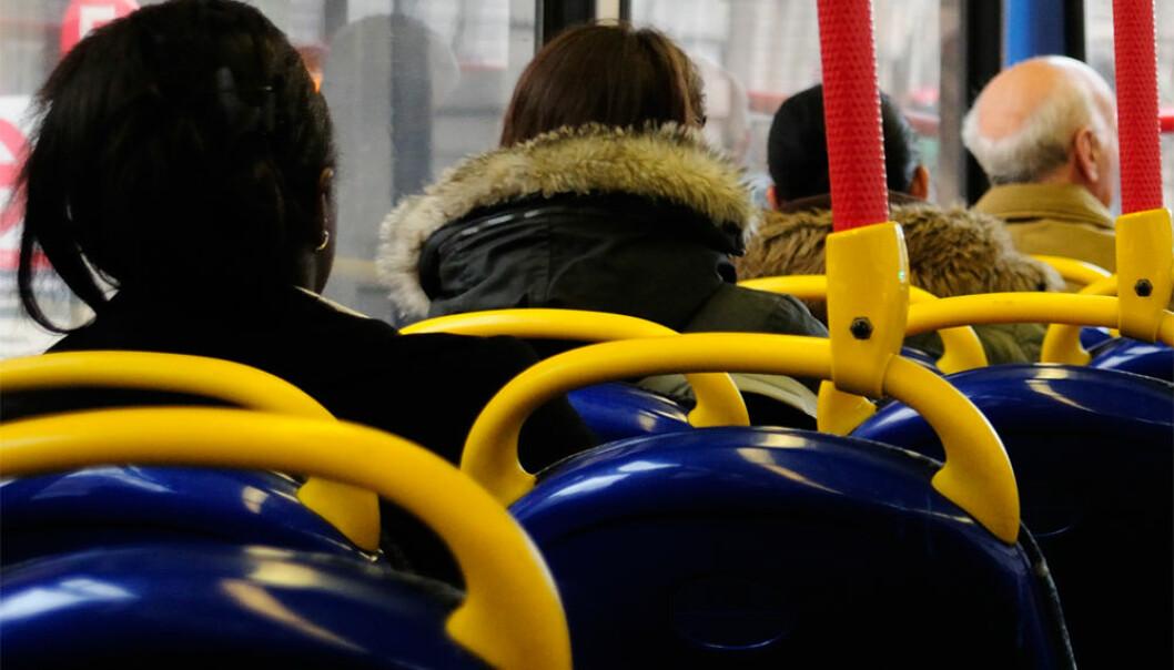 Også i toetasjers busser sitter folk alene i setene... Colourbox