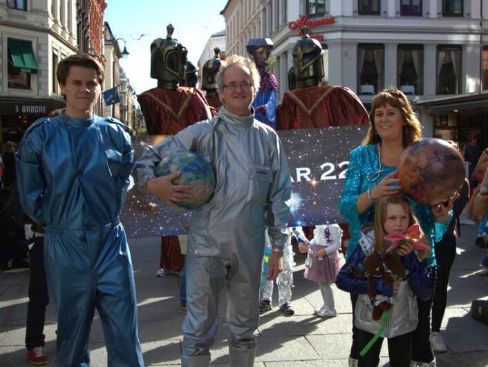 Knut Jørgen Røed Ødegaard og Anne Mette Sannes arrangerte Ad Astra-paraden år 2222 under Oslo Bokfestival den 15. september 2012. (Foto: Oslo Bokfestival/starship.no)