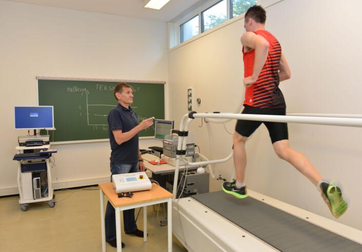 Henrik Ingebrigtsen er jevnlig inne til testing hos idrettsdosent Leif Inge Tjelta på fysiologilabben ved Universitetet i Stavanger. (Foto: Asbjørn Jensen, UiS)