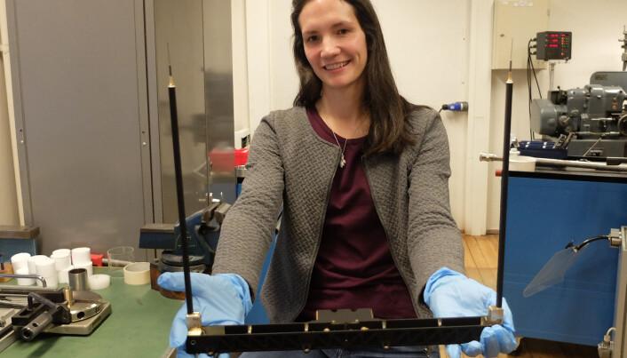 Maren Lithun på UiOs Instrumentlaboratorium med en modell av romværmelderen M-NLP.