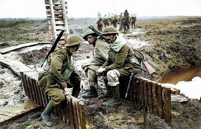 Da 1. verdenskrig bryter ut, har de franske brødrene Lumiére gjort sine føreste eksperimenter med fargefotografier. Bildet av en gruppe soldater ute på slagmarken er fremkalt ved hjelp av Lumiére-brødrenes nye autochrome-prosess. Det fotografiske bildet fikk en helt ny og sterkere glød. (Foto: (Postkort))