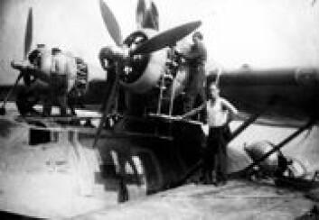Personell fra 333 skvadron overhaler Catalina-fly ved basen i Wooddhaven i Skottland under andre verdenskrig. (Foto: 333 skvadron)