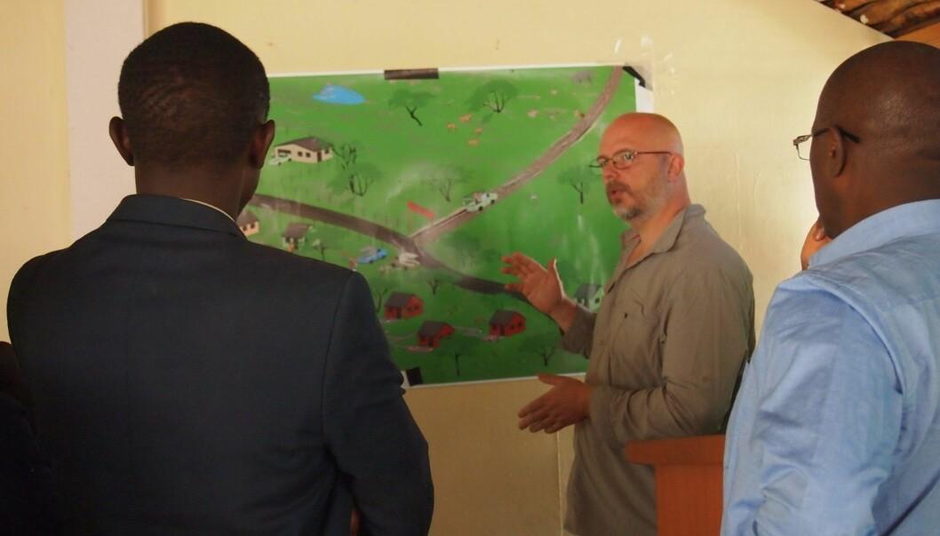 Martin Reinhardt Nielsen diskuterer ulike fremtidsscenarier med lokale folk.