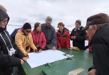 Russiske og norske deltakere studerer kart om bord på forskningsskipet «Professor Molchanov». (Foto: Gunn Sissel Jaklin / Norsk Polarinstitutt)