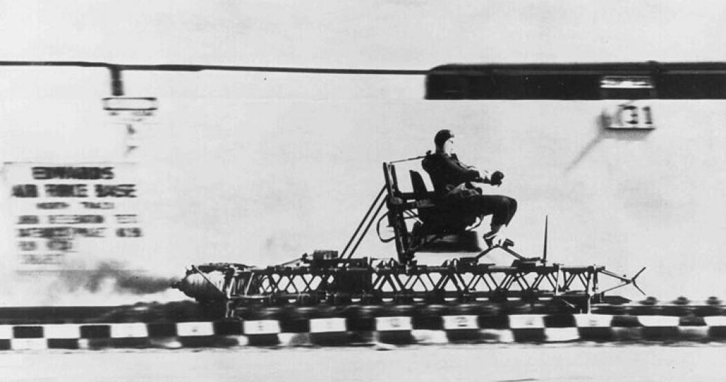 John Stapp på rakettslede på Edwards Air Force Base. Stapp anså farene som han utsatte seg for som en del av jobben som han ikke krevde noen ekstra belønning for.