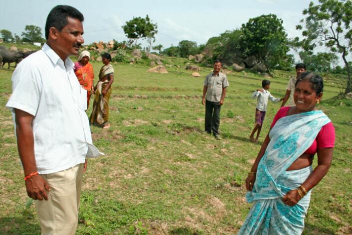 Janya Nayak og kona Tulasi er småbønder i landsbyen KJR Colony. Her står de på den tørre rismarken der det normalt skulle vokst ris, men nå kun er beite for vannbøflene. (Foto: Asle Rønning)