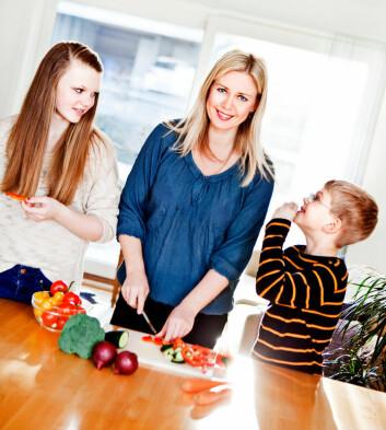 – Slipp barna til på kjøkkenet og gi dem et sunt forhold til mat, oppfordrer Elisabeth Lind Melbye. (Foto: Elisabeth Tønnessen/UiS)