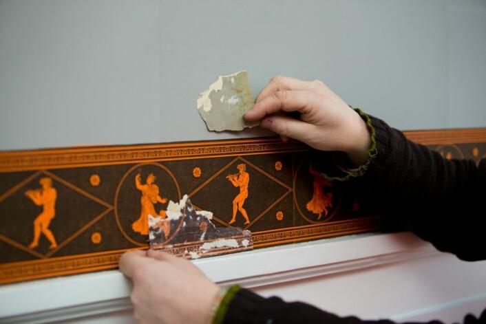 TAPET I BANER: Tidlig på 1800-tallet hadde man ikke sammenhengende papir. For å lage tapeter brukte man håndlaget papir som var så stort som et A3-ark. Dette limte de sammen til baner. Geir Thomas Risåsen og Kristin Solberg viser oss hvordan tapetene nå er rekonstruert og gjenskapt. (Foto: Thomas Keilmann)