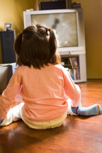 Flere internasjonale undersøkelser viser at rundt 40 prosent av reklame rettet mot barn er matprodukter. (Foto: Colourbox)