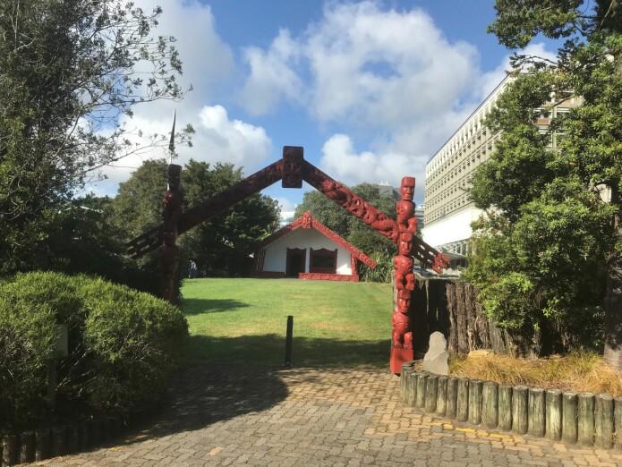 Auckland-universitetets <i>marae</i>, midtpunkt og heilag stad i ein tradsjonell maori-landsby